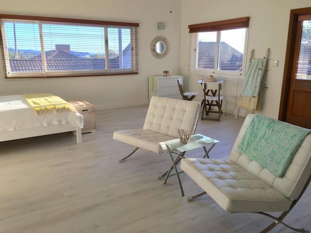 New Renovated Sunny  1 bedroom apt ocean views - Collaroy - Apartment