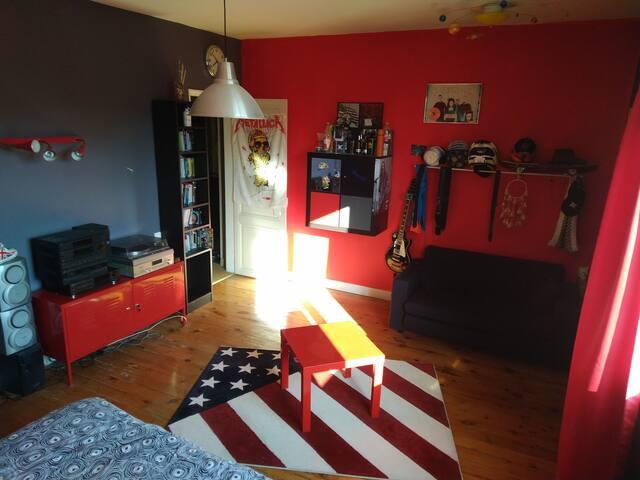 chambre 1 très spacieuse, lumineuse avec un point d'eau. Possibilité 1 enfant en plus dans (petit) canapé