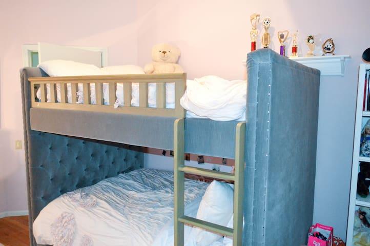 Private bedroom in Lincoln Park/Caroline's room