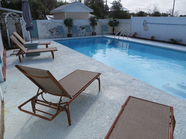 Fantastic POOL Patio Cottage 2 blocks to BEACH 2/1