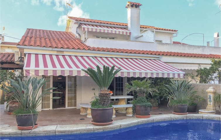 Semi-Detached with 4 bedrooms on 250 m²
