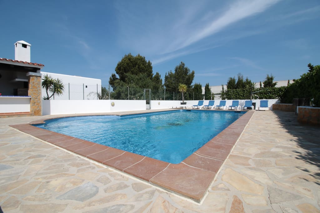 Spacious pool area with outdoor kitchen / BBQ / Dining area / Loungers