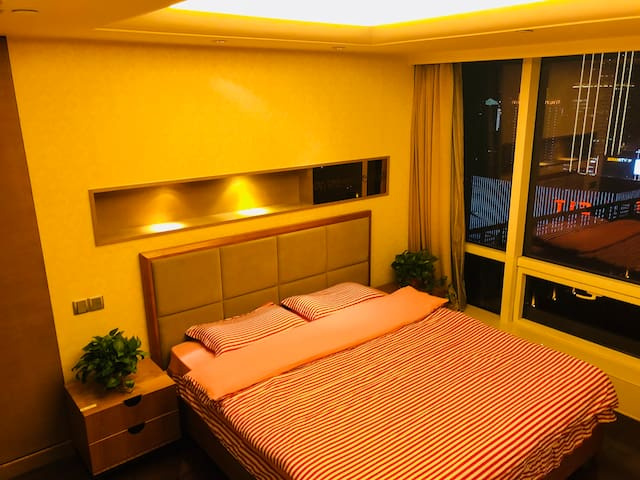 卧室朝向正南,1.8大床房,无印良品亲肤床上用品,落地玻璃,纵观市中心中山路全景,配置小米拖线板(含多口USB插座)