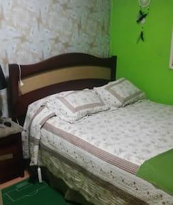 Bello dormitorio con cama  de 2 plazas