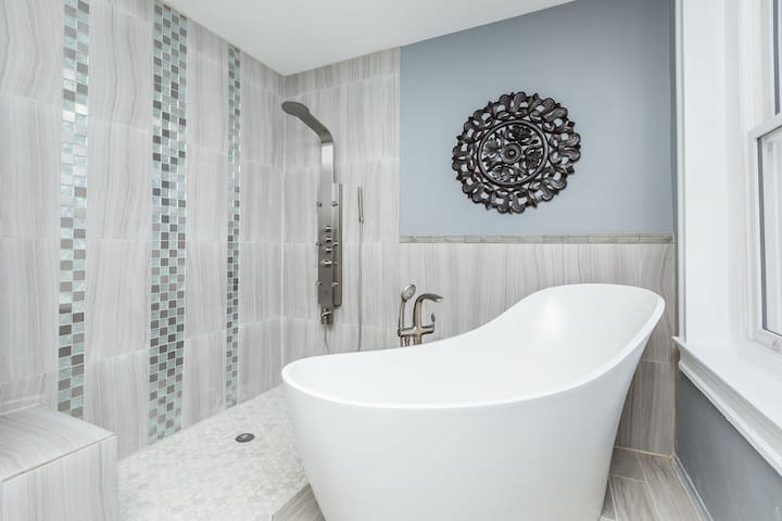 Private Room & Bath..7 min drive from downtown