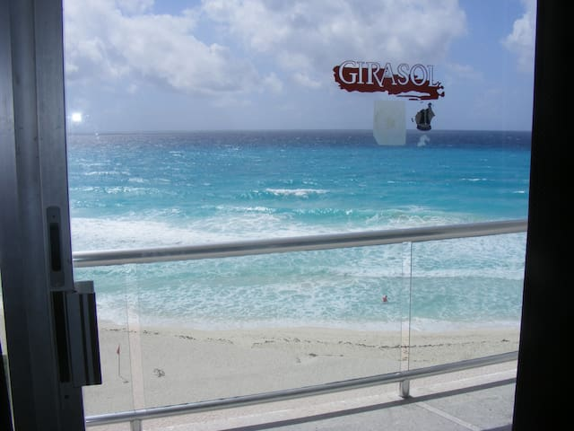 Beach Front Private Unit,  Cancun  Heart - Cancún - Departamento