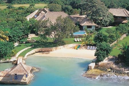 Private Beach, Chef & Butler, Ideal for Couples & Families, Private Pool & Tennis Court - Discovery Bay