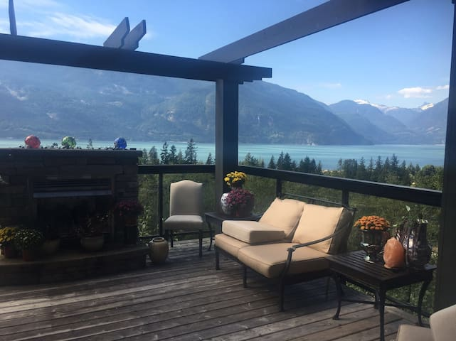 Furry Creek, Tre magnifique! Sea2Sky chalet Chic!