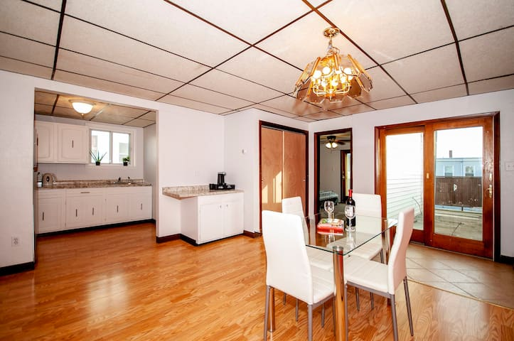 Cozy and convenient with parking/downtown/airport