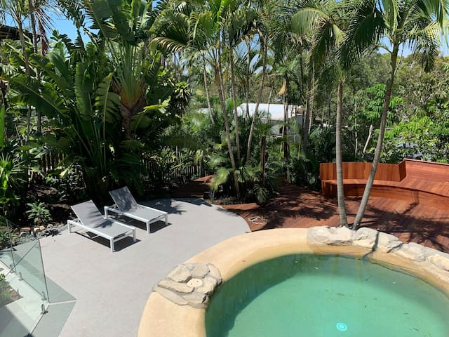 Noosa Beach Cottage with private tropical backyard