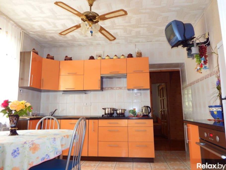 Кухня со всей необходимой бытовой техникой и посудой