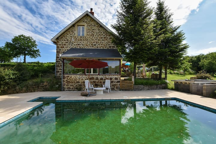 Alluring Holiday Home with Pool, Barbecue, Sun-loungers