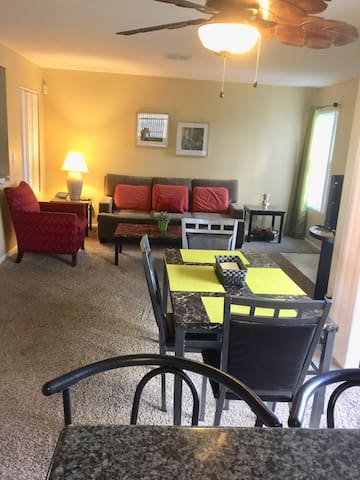 Nice Condo 2br/2ba 8 miles to Strip in Summerlin