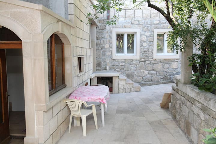 One bedroom apartment with terrace and sea view Sumartin (Brač) (A-5615-d)