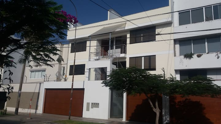 2do piso. Departamento en el centro de San Borja