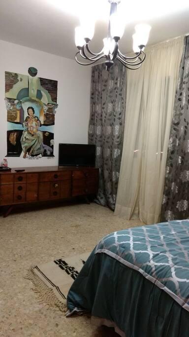 habitacion para dos personas, con cama matrimonial, baño closet, muy amplia, aire acondicionado, pantalla y una hermosa terraza con vista a la silleta.
