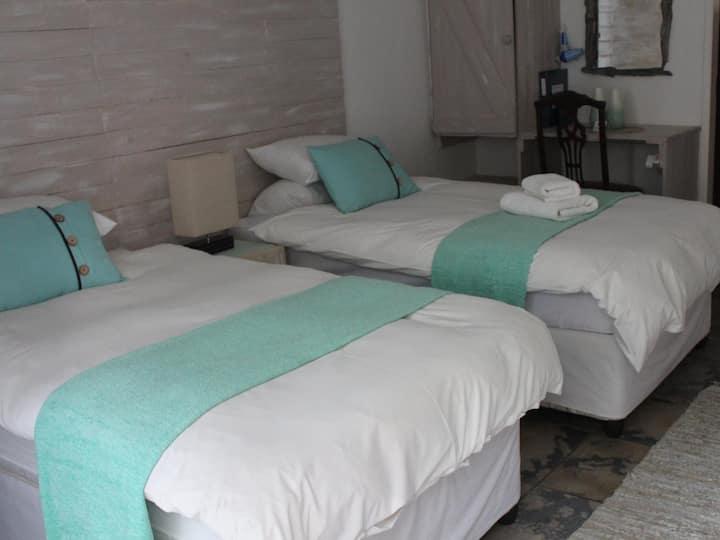 Ukarimu Guest House - Peridot Room