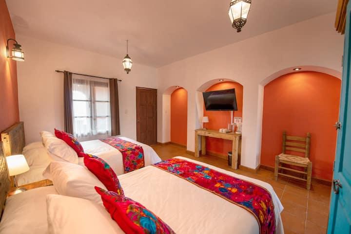 Habitación colonial  con 2 camas matrimoniales