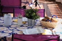 Les tables sont prêtes pour le petit-déjeuner