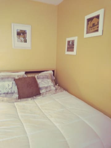 Clean, Cozy and Quiet (yellow room)