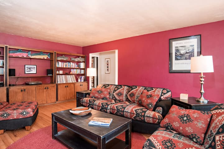 Family Home Close to Downtown! Reduced Rates!