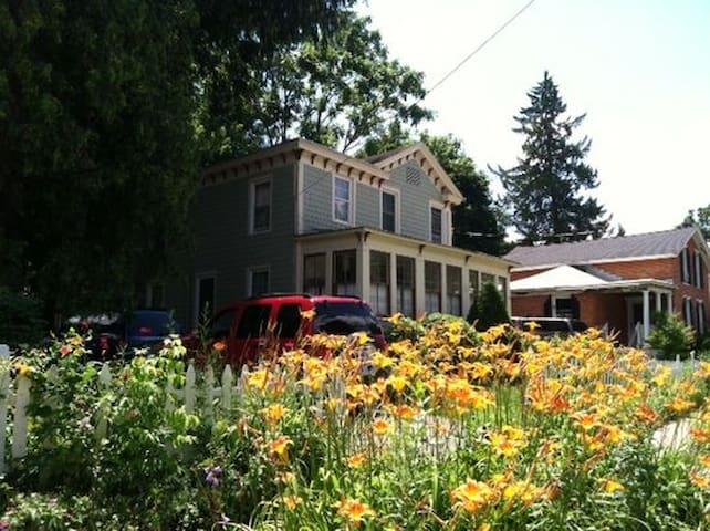 Charming home near Broadway - Saratoga Springs - House