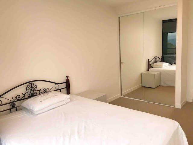 全新明亮舒适的公寓房间,置身于繁华商圈内,三分钟步行火车站。
