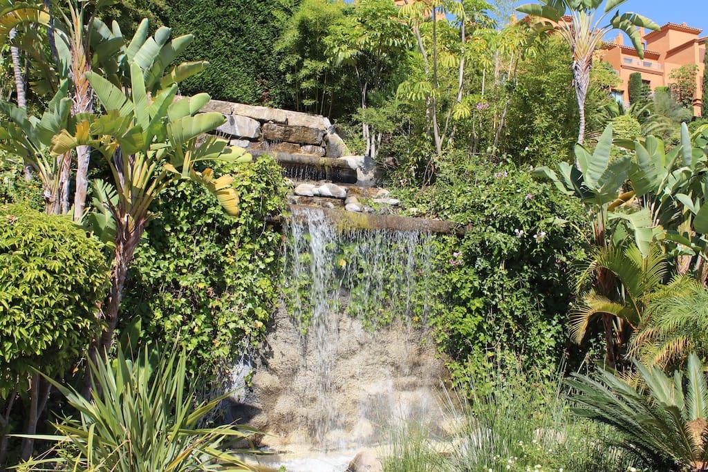 fuente - фонтан у входа в урбанизацию - the fountain at the entrance