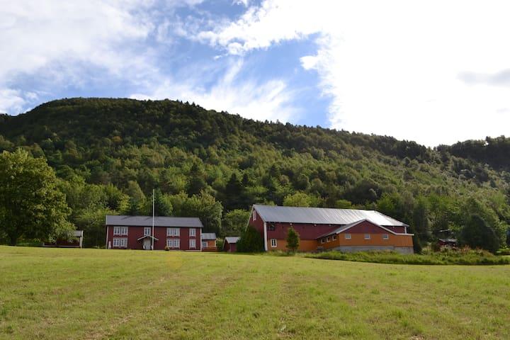 Hedenstad Gård - cosy modern Norwegian farmhouse