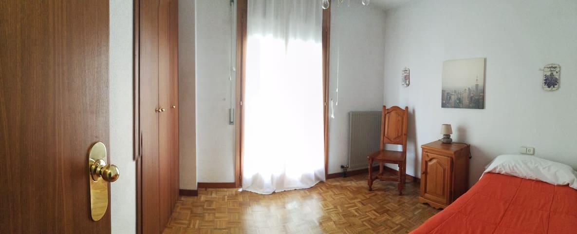 Dormitorio muy luminoso, con 2 camas nido