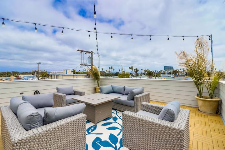 Steps From Beach & Bay w Private Rooftop Deck!!