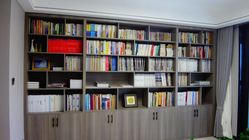 客厅(兼书房)为公用,随意借阅,专业书籍居多。如欲带走,请经主人同意,或参与图书交换计划(换回等值的书籍即可)