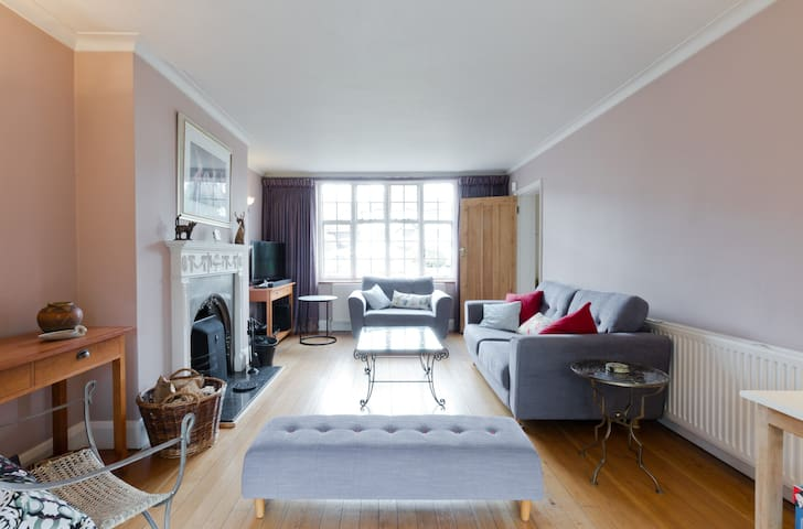 Lovely bedroom & ensuite in private road location