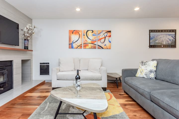 Cheerful Condo with amazing views, shared hot tub--on shuttle route
