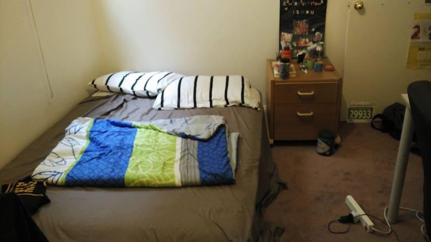Queensize bed in Brunswick East next to tram stop