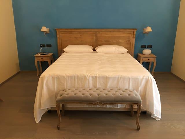 Il letto matrimoniale della camera da letto Suite Tulipano