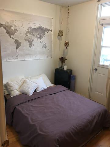 Cozy private room in St Henri Montreal near metro