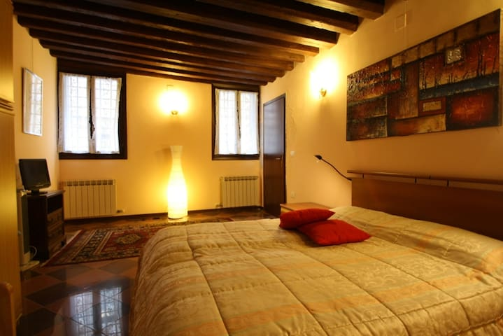Flat for 4 people 5 minutes from Train Station - Venesia - Apartemen