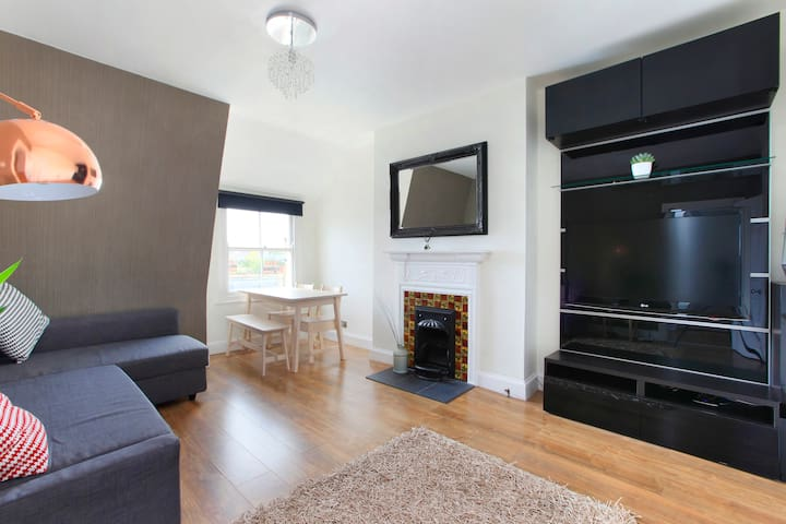 Ideally Located, Contemporary Apartment in Balham