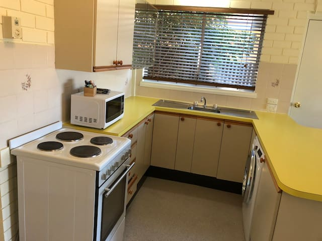 Kitchen including washing machine