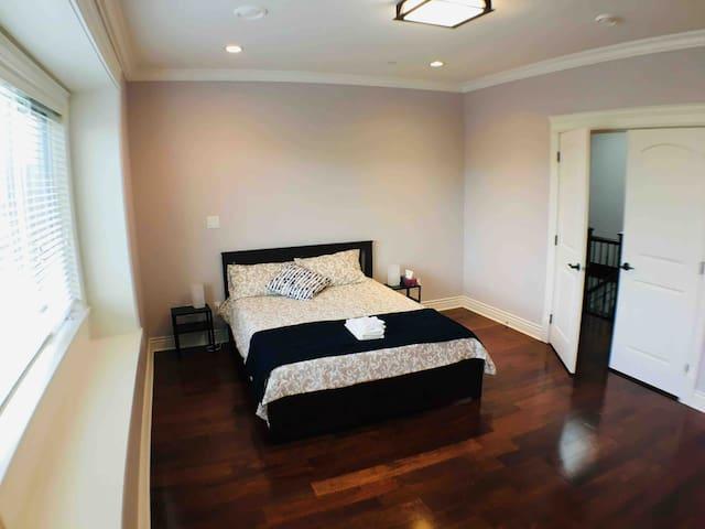 Luxury Private Room & Bathroom- 3 mins to SkyTrain