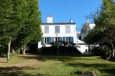 Grande maison familiale proche Paris et Disneyland - Thorigny-sur-Marne - Hus