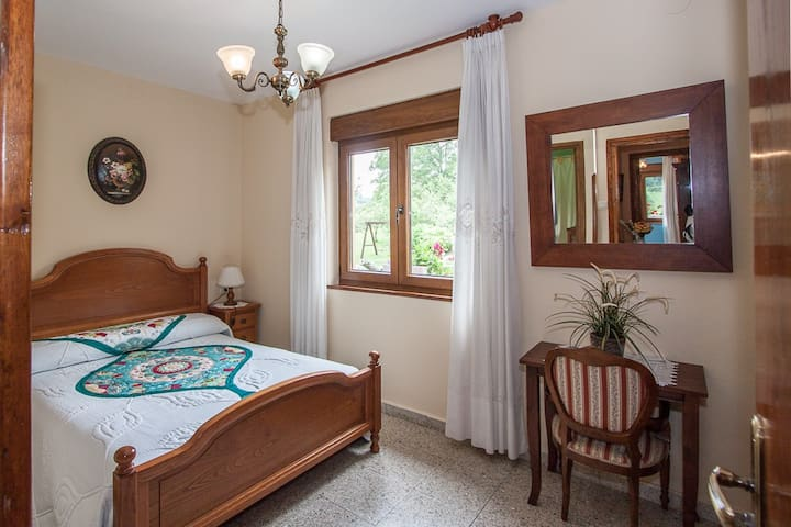 Habitación doble con baño y TV. Desayuno incluido.
