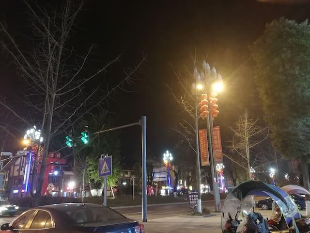 茶马古城夜景,离住的地方就50米,生活方便