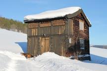 Idyllisk liten hytte på gårdstun