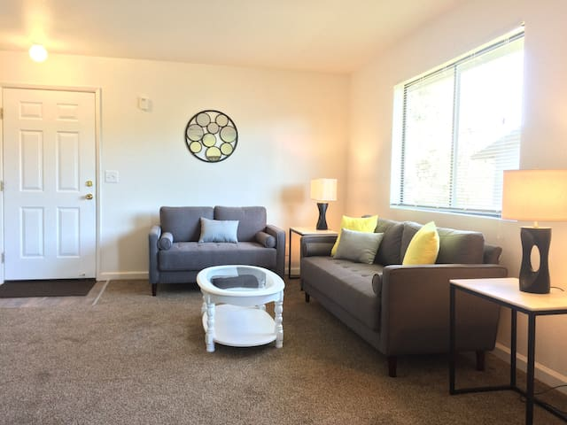 Light, bright and lovely 2 bedroom w/pool