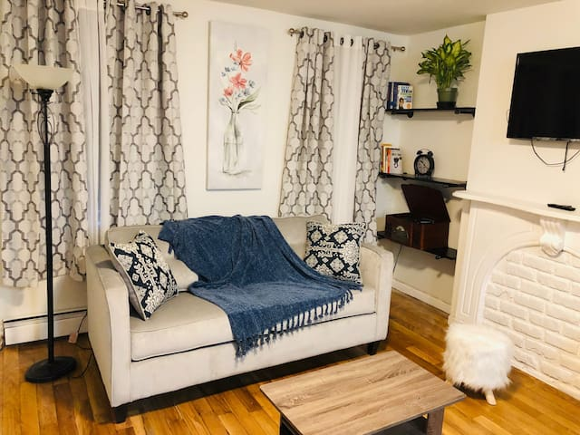 Your own sanctuary! Private Floor, 3min to subway