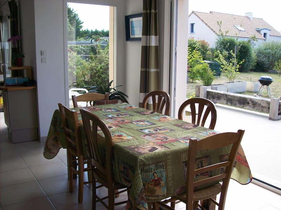 salle à manger ouvrant sur terrasse