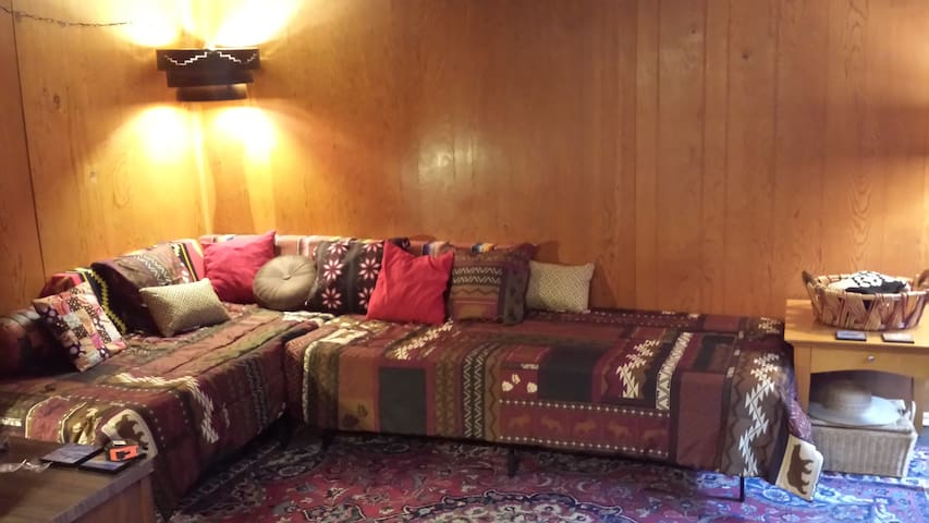 Retro Apartment, Central Location - Sleeps 6!