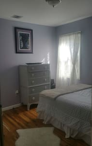 Bright cozy bedroom - Newark - House
